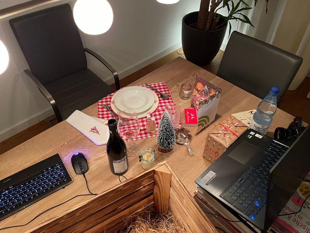 Dekoriertes Home-Office fürs Weihnachtsessen. Ein Laptop, MS-Teams und schon konnte die erste digitale Weihnachtsfeier starten